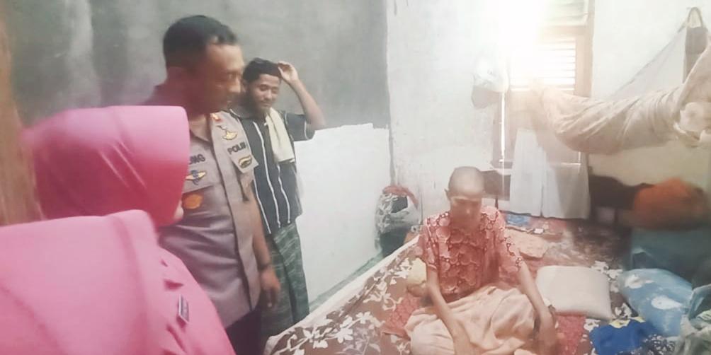 Kapolres Lutra Bersama Ketua Bhayangkari Besuk Pengidap Kanker Payudara