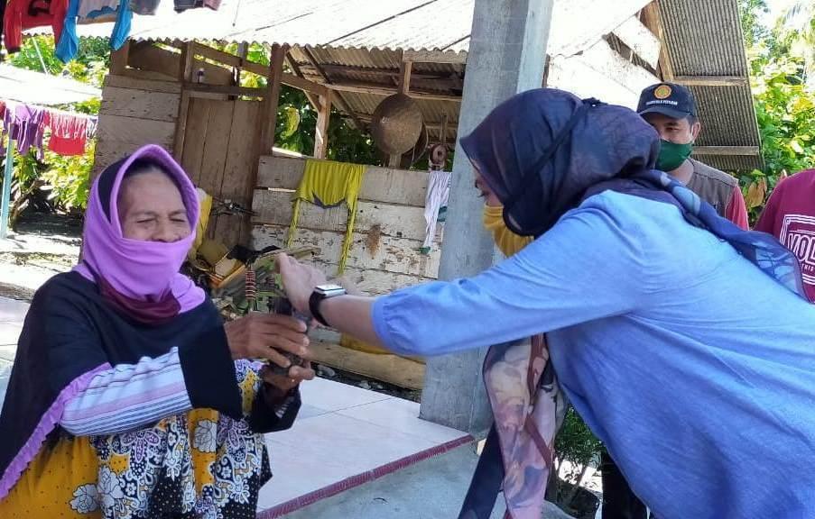 Di Tengah Pembatasan Sosial, Bupati Lutra Aktif Bersosialisasi, Hingga Panen Sayur